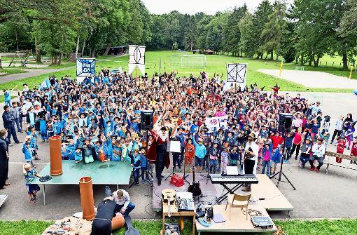 Etwa 700 Kinder sind beim Harry-Potter-Tag  in den drei Teams blau, orange und rosa (von links) gegeneinander angetreten. Foto: Ferienwaldheim Degerloch