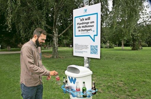 Moritz Wagner von WeWant mit dem Pfandring, der bald an mehreren Stellen in Stuttgart hängen könnte Foto: Ines Rudel