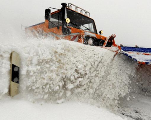 Mann stirbt in Schneeräumer