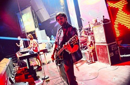 Die Gitarristen Alexander Pohl (rechts) und Benjamin Wolfinger (links) auf der Bühne im Boshe-Club in Jogyakarta, Indonesien Foto: Kiss the Funky Monkey