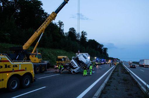 Vollsperrung nach Lkw-Unfall – Fahrer verletzt