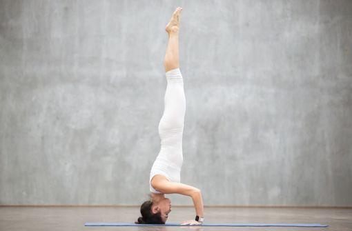 Stress kann die Symptome und die Entzündungsaktivität verstärken sowie zur Auslösung von Schüben beitragen. Belegt ist, dass Patienten mit rheumatoider Arthritis von  Therapieverfahren profitieren. Vor allem Meditation, Relaxationstechnik, Biofeedbacktherapie, Verhaltenstherapie, Stressmanagement-Training  und Yoga haben sich als effektiv herausgestellt. Foto: Fotolia/fizkes