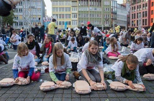 Schüler mit Anne: 44 000 Puppen sollen an Schulen geliefert werden Foto: Lichtgut/Achim Zweygarth