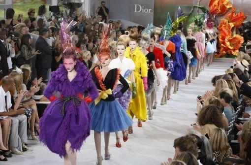 Diors Kleider blühen in Paris