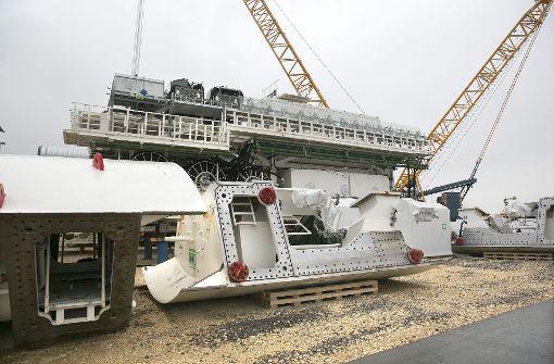 In Zeitlupe werden die Teile zum Tunneltrog transportiert. Foto: Horst Rudel