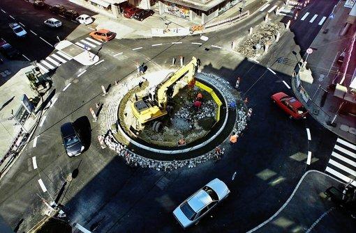 Auf dem Kreisverkehr an der Kreuzung der Wilhelm- zur Olgastraße soll das Fundament für eine Skulptur ausgehoben werden. Der Ort fiel im Bezirksrat durch. Foto: Zweygarth