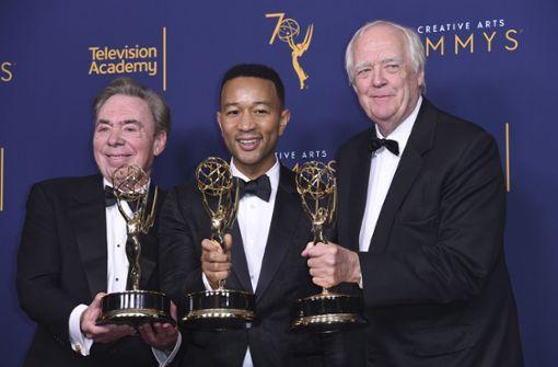 Andrew Lloyd Webber (links), John Legend und Tim Rice freuen sich über ihren Emmy Award. Foto: Invision