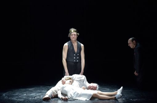 Gebrochene Existenzen: Lukas T. Sperber als Glosters Sohn (stehend) mit Martin Schwab und Lea Ruckpaul als Lear und Cordelia Foto: Thomas Aurin