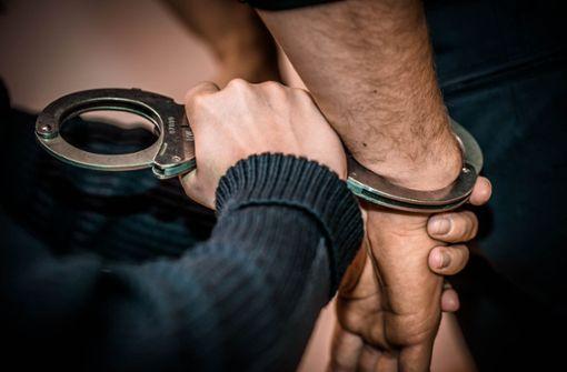 Männer-Trio nach Diebstahl in Bekleidungsgeschäft festgenommen