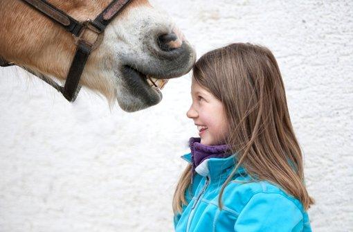 Mädchen lieben Pferde – und umgekehrt offenbar auch. Foto: Zlatan Durakovic/Fotolia