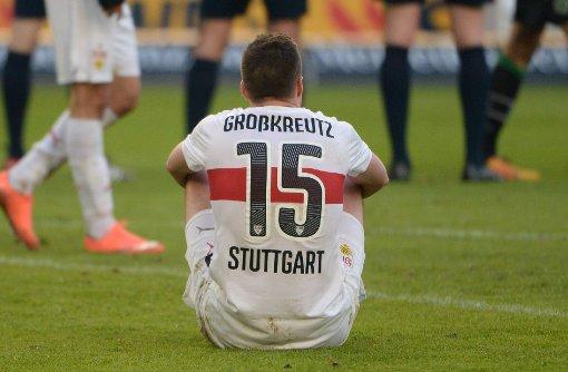 Stuttgarts Kevin Großkreutz sitzt nach dem Spiel auf dem Boden. Foto: dpa