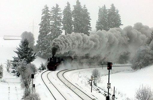 Eisenbahnromantik mit dem Dampfschnellzug 042018-2 inmitten der weißen Winterlandschaft. Foto: Leserfotograf tiffy