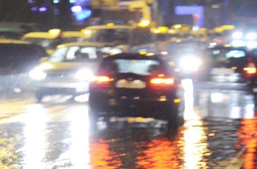 Der Fahrer hat wahrscheinlich durch Aquaplaning die Kontrolle über sein Auto verloren (Symbolfoto). Foto: dpa
