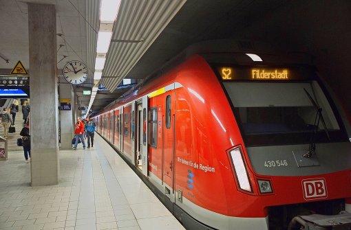 """Bisher heißt es in Filderstadt-Bernhausen noch """"Alles aussteigen, der Zug endet hier."""" In fünf Jahren soll die S-Bahn bis ins vier Kilometer entfernte Neuhausen durchfahren. Foto: Horst Rudel"""