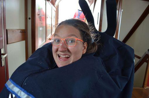 Das ist Johanna Bauersachs. Die 14 Jahre alte Schülerin der Stuttgarter Waldorfschule Silberwald sitzt im Rollstuhl – trotzdem geht sie mit ihren Mitschülern im Ijsselmeer auf Segeltörn.   Foto: Löffler
