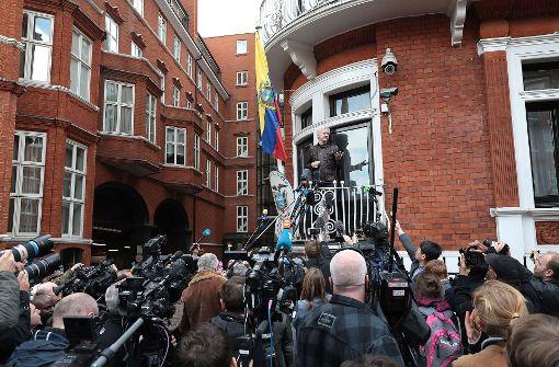Julian Assange während seiner Rede vom Balkon der Botschaft Ecuadors aus- Foto: Getty