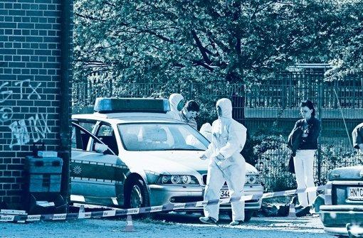 Experten am Tatort: Dort starb die junge Michèle Kiesewetter Foto: dpa