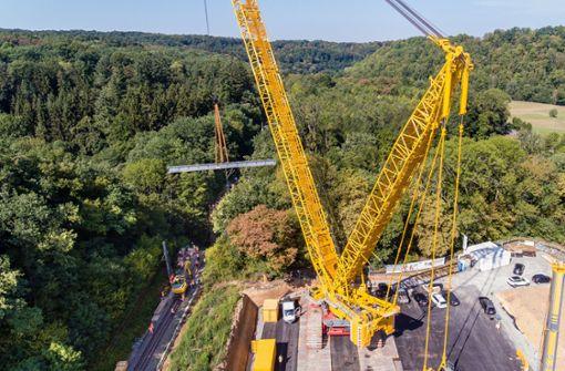 Die neue Brücke besteht aus zwei jeweils 45 Tonnen schweren Hälften.  Foto: Benjamin Beytekin