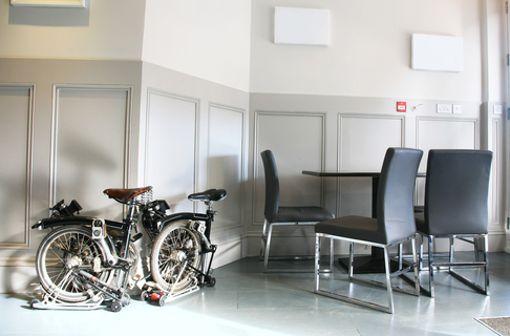 Enge Hausflure und kleine Kellerräume führen oft dazu, dass Bewohner von Mehrfamilienhäusern dazu gezwungen sind ihr Fahrrad in der eigenen Wohnung abzustellen. So ein großes Ding mitten im Zimmer ist jetzt eher nicht so der Hit. Auch hier kann ein Faltrad punkten. Denn das ist blitzschnell zusammengeklappt und nimmt deutlich weniger Platz weg.  Foto: shutterstock/bikeworldtravel
