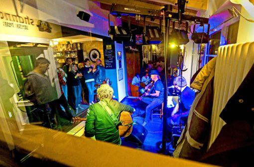 Kneipengäste feiern die lange Musiknacht