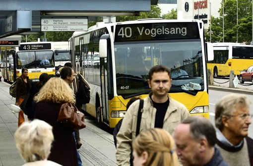 Busse gegen Taxen, Taxen gegen Falschparker – vor dem Bahnhof drängen schlicht zu viele Autos auf zu wenig Platz. Foto: dpa