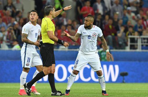 Bayerns Arturo Vidal (rechts) versteht die Welt nicht mehr, als der Schiedsrichter nach dem Videobeweis das Tor für Chile wieder zurücknimmt. Foto: AFP