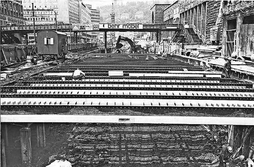 Dieses Loch vor dem  Hauptbahnhof dient der Klett-Passage, die  im April 1976  mit 32 Geschäften eröffnet wird.  Foto: Kraufmann