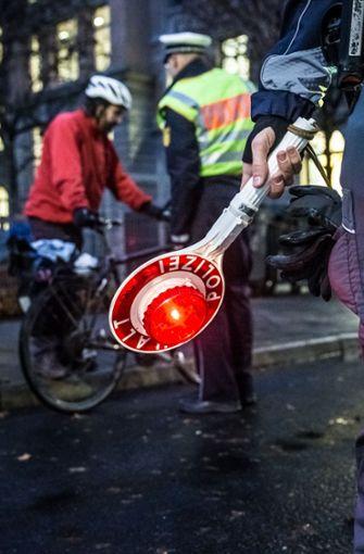 Die Polizei hat am Donnerstag Radfahrer an der Tübinger Straße vor dem Karls-Gymnasium gestoppt. Foto: Lichtgut/Julian Rettig