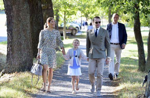 August 2018: Gut gelaunt macht sich Prinzessin Estelle von Schweden mit ihren Eltern Victoria und Daniel auf den Weg zur Schule. Foto: dpa