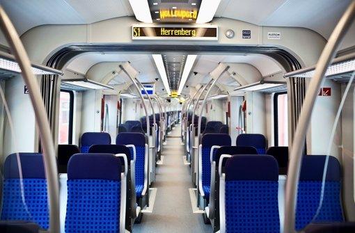 Ein exklusiver Blick in einen der noch nicht für den Verkehr zugelassenen neuen S-Bahn-Züge im Werk Plochingen: Drahtloses Internet gibt es in den neuen Zügen nicht. Foto: Leif Piechowski