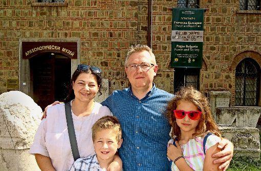 Marija und Dalibor Denkow mit Sohn Jan und Tochter Eva vor dem Archäologischen Museum in Sofia. Foto: Thomas Roser