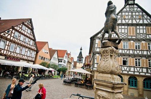 Von Karl Ulrich Nuss entworfene Skulptur auf dem Marktbrunnen: Der Minnesänger und das Winnender Mädle aus dem 13. Jahrhundert. Foto: Max Kovalenko