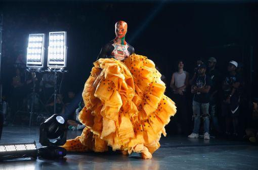 Zum Auftakt der New York Fashion Week zeigte das US-Labels VFiles ihre ungewöhnlichen Kreationen wie diesen eher untragbaren Stoffberg mitsamt Tarnmaske.  Foto: Getty Abo