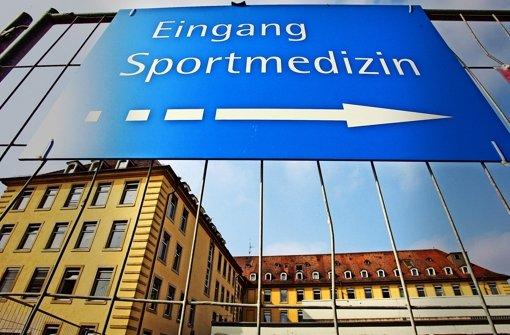 Ein Hinweisschild zeigt auf das Sportmedizinischen Untersuchungszentrums der Universitätsklinik in Freiburg. Am 23. April wollen sich alle Beteiligten an der Freiburger Doping-Affäre zu einem Runden Tisch treffen. Foto: dpa