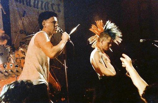"""Zwei Punks auf der Bühne: Ein Bild aus den 80er Jahren mit den Normahl-Gründern Lars Besa (links) und Gitarrist Jürgen """"Pippy"""" Pirpamper Foto: privat"""
