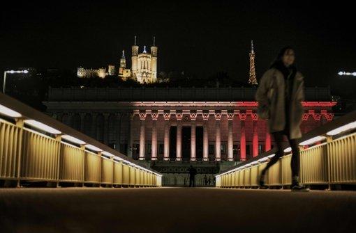Der historische Justizpalast in der Altstadt von Lyon erstrahlt ebenfalls in schwarz, gelb und rot. Foto: AFP