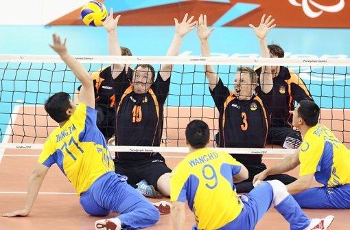 Sitzvolleyball erfordert viel Koordination und Körperbeherrschung: Hier kämpft die deutsche Nationalmannschaft (hinten) gegen China Foto: Baumann