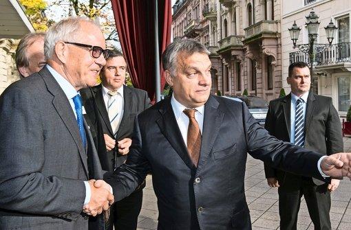 Privatbesuch: Ungarns  Ministerpräsident Orban wird am Freitag vom Chef der Stiftung Familienunternehmen, Brun-Hagen Hennerkes (li.), in Baden-Baden begrüßt Foto: dpa