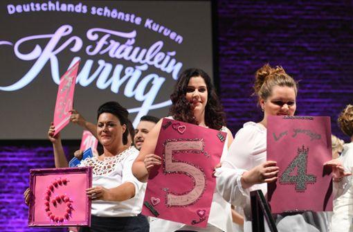 """Teilnehmerinnen halten bei der bundesweiten Fashion-Gala """"Fräulein Kurvig"""" ihre Nummern für die Wahl des schönsten Plus-Size-Modells. Foto: dpa"""