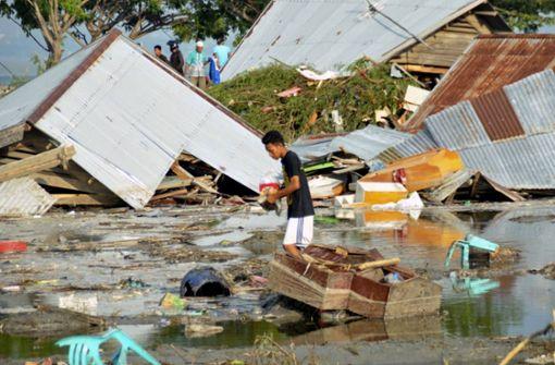 Hunderte Todesopfer bei Erdbeben und Tsunami