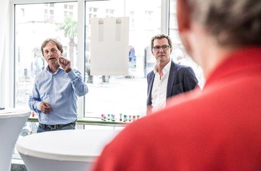 """Lokalchef Jan Sellner (links) und """"Stadtleben""""-Teamleiter Jürgen Brand haben die Ausstellung eröffnet. Foto: Lichtgut/Julian Rettig"""