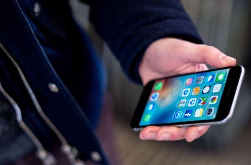 Unbekannter überfällt Mann und raubt Handy