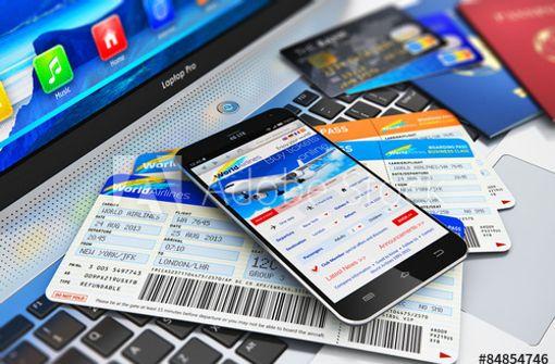 Die Lufthansa und  auch die  Bahn erheben  Extragebühren, wenn der Kunde  mit  Kreditkarte  bezahlt. Foto: Scanrail/Adobe Stock
