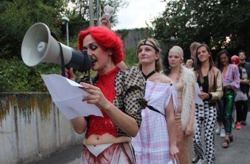 Das O-Team-Mitglied Nina Malotta führt die Prozession zu Beginn des Stücks an. Foto: Tilman Baur