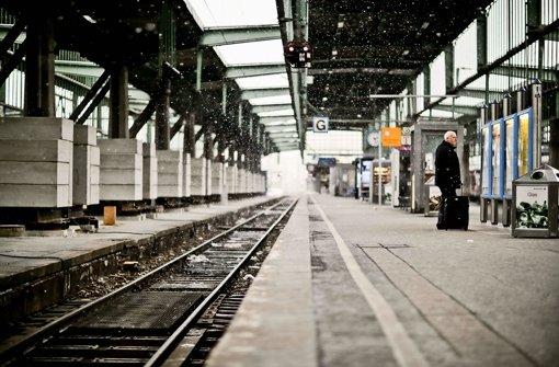 Einsam ist es am Gleis 8 des Hauptbahnhofs: Links sichern Stützen das Dach. Deshalb kann es nur noch mit Einschränkungen benutzt werden. Foto: Leif Piechowski