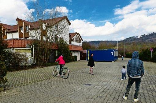 Auf dem Parkplatz eines früheren Hotels in Winterbach spielen jetzt Flüchtlingskinder. Seit Ende November ist das Hotel geschlossen, im Januar sind Asylsuchende eingezogen Foto: Lichtgut/Volker Hoschek