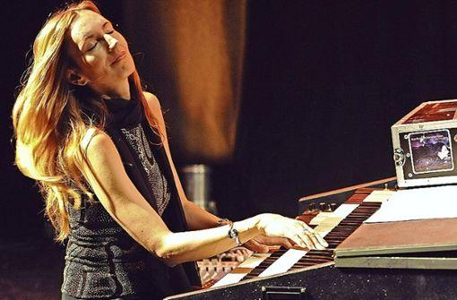 Jazzmusikerin Barbara Dennerlein fand es verlockend, die  frisch renovierte Vaihinger Orgel zu einem Auftritt zu nutzen. Foto: z/Dennerlein
