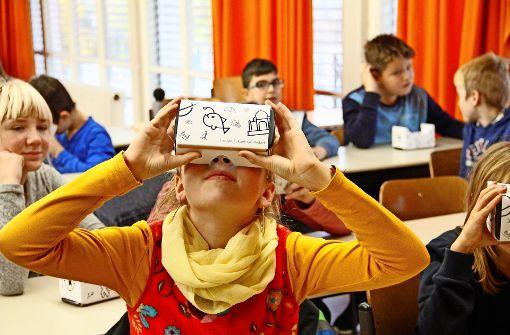 """Handy rein und Pappbrille auf: Mit """"Google Expeditions"""" gelingt die Reise zum Mond vom Klassenzimmer aus. Foto: Marta Popowska"""