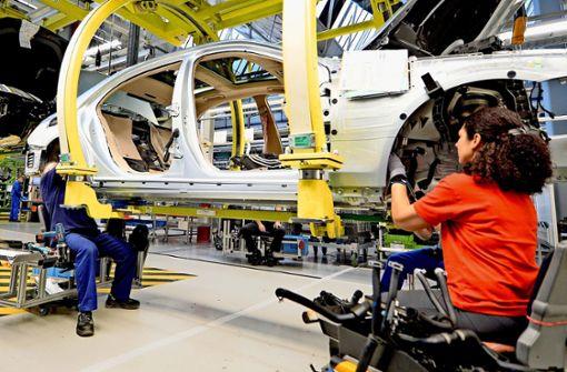 Die Daimler-Beschäftigten in den Werken (hier bei der S-Klasse-Fertigung  in Sindelfingen) und Büros können bei Feinstaubalarm künftig kostenlos  mit Bus und Bahn fahren. Foto: dpa