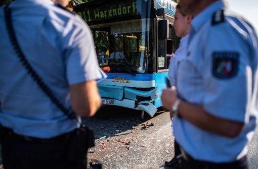 Linienbus schiebt an Ampel Autos ineinander - 16 Verletzte